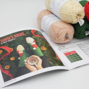 Présentation du modèle de chaussettes Père Noël paru dans le n°10 de Pretty Little Things de Scheepjes avec la laine nécessaire pour le réaliser
