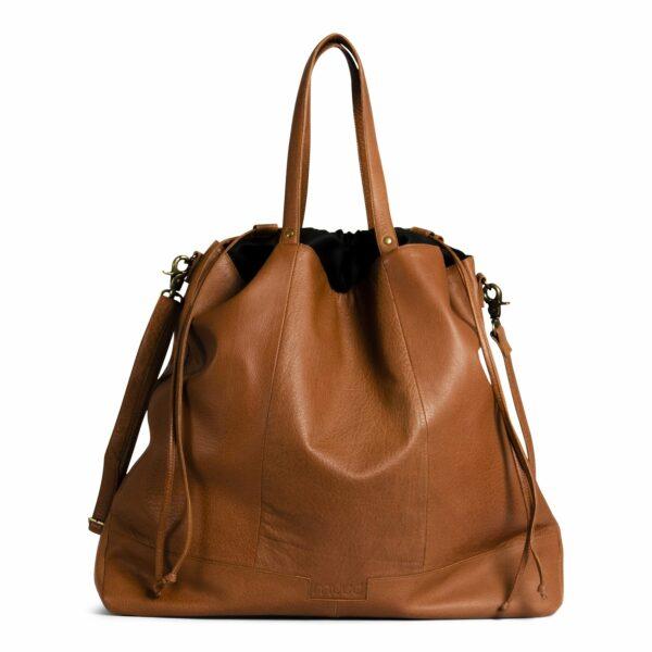Présentation d'un sac à projet Lofoten, à bandoulière, modèle XL, en cuir de la marque Muud, coloris Whisky